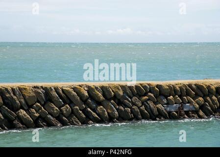 Sea wall: une digue construite à partir de formations de roche plate située dans une structure angulaire Banque D'Images