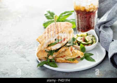 Sandwich panini grillé au poulet et fromage Banque D'Images