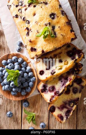 Bleuets frais pain gâteau muffin à la menthe libre sur une table. vertical haut Vue de dessus Banque D'Images