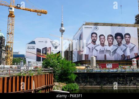 Allemagne, Samsung annonce avec l'équipe de football allemande lors du championnat du monde de la Fifa 2018 en Russie au chantier de construction du château de Berlin, qu'aucune publicité performance soccer / Deutschland, Berlin, rhodes-extèrieure Werbung nichts gewesen, Samsung Werbung mit der deutschen Nationalelf zur FIFA WM Russland 2018 Banque D'Images
