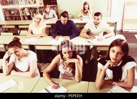 Groupe de jeunes étudiants qui étudient ensemble en classe Banque D'Images