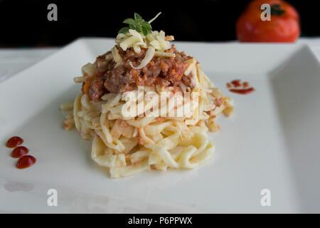 Spaghetti avec sauce bolognesa et des herbes fraîches Banque D'Images