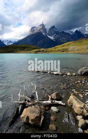 Vue sur le Lac Pehoe jusqu'aux montagnes Los Cuernos de nuages, Parc National Torres del Paine, Chili, Province de Última Esperanza Banque D'Images