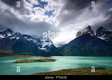 Vue du mirador sur le Lac Pehoe jusqu'aux montagnes Los Cuernos de nuages, Parc National Torres del Paine Banque D'Images