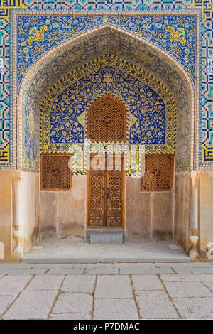 Vue sur l'avant d'un grand arc façon joliment décorées de carreaux de mosaïque en conduisant à treillis de bois sculpté de portes et fenêtres, volets dans la Grande Mosquée, Banque D'Images