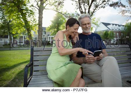 Senior couple on park bench Banque D'Images