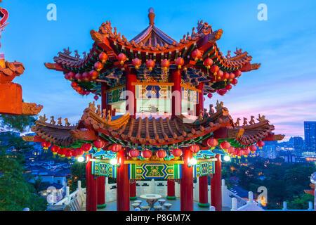 Thean Hou Temple Bouddhiste décoré avec des lanternes au crépuscule avec la ville sur l'arrière-plan, Kuala Lumpur, Malaisie Banque D'Images