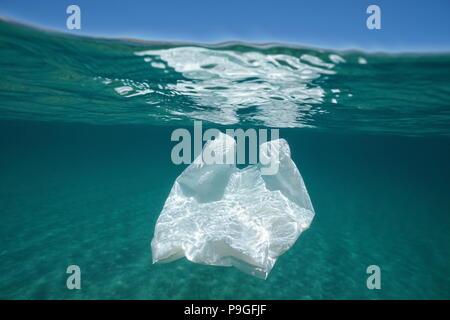 La pollution sous-marine un sac en plastique à la dérive dans la mer Méditerranée au-dessous de la surface de l'eau, Almeria, Andalousie, Espagne Banque D'Images