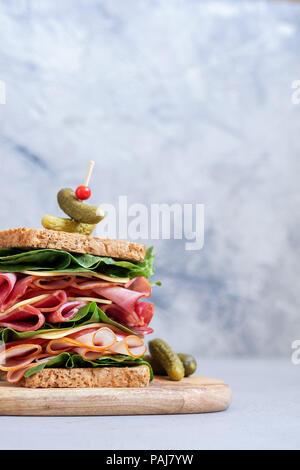 Big sandwich au jambon, charcuterie et légumes Banque D'Images