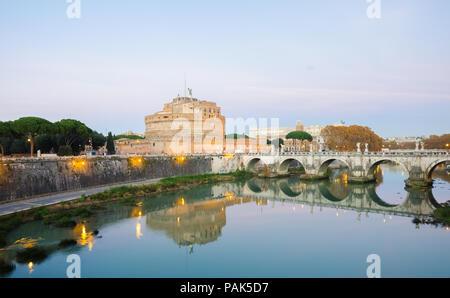 Rome, Italie - 1 décembre 2015: Le Castel Sant'Angelo, le Tibre et l'Aelius Pont (Bridge) par une chaude nuit avec des lumières tout autour et un ciel bleu Banque D'Images