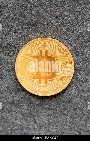 Bitcoin or sur fond gris. Bitcoin est une façon moderne de l'échange et cette crypto-monnaie est un moyen pratique de paiement dans le secteur financier et Banque D'Images