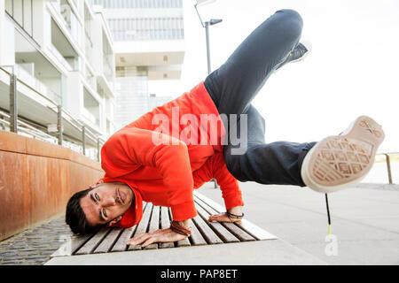 Portrait de jeune homme practicising breakdance Banque D'Images