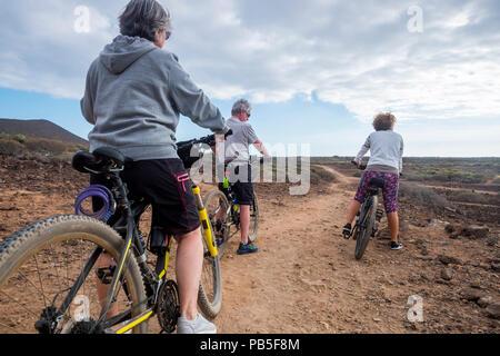 Groupe d'ciclyst avec mountina équitation vélos sur le désert dans l'île tropicale et profiter de la piscine de loisirs santé sport activty pour rester et Nice. b Banque D'Images