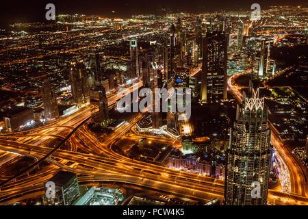 Vue aérienne du centre ville de Dubaï et gratte-ciel dans la nuit du haut de Burj Khalifa Banque D'Images