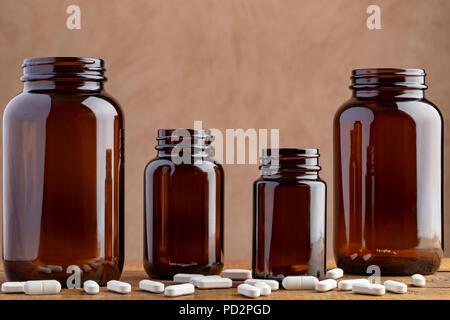 Quatre flacons pharmaceutiques avec des comprimés et capsules Banque D'Images