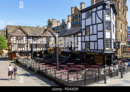 Shambles Square à Manchester. Accueil de Sinclairs Oyster Bar et le Vieux Inn Wellington Banque D'Images