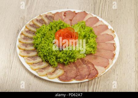 Coupes de différentes variétés de saucisses sur une assiette. Banque D'Images