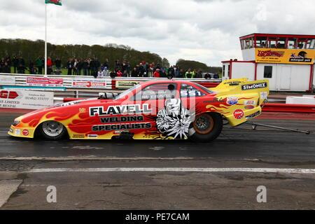 Mark Flavell est drôle car Dragster à la ligne de départ de la drag strip à York Raceway à Melbourne,East Yorkshire. Banque D'Images