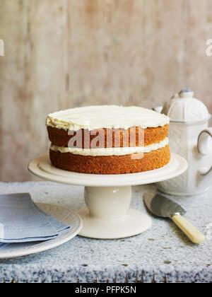Gâteau éponge Victoria sur cakestand Banque D'Images