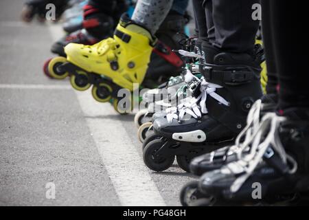 Vue rapprochée de patinage des roues avant.Les jambes dans rollskikovye les raies sont alignés dans une rangée Banque D'Images