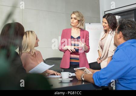 Portrait d'une réunion dans la salle de conférence Banque D'Images