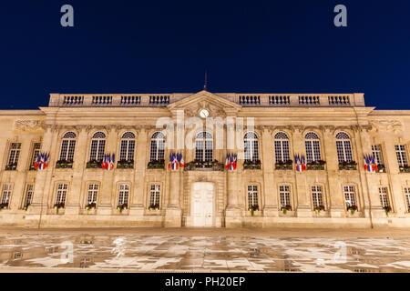 L'Hôtel de ville de Beauvais la nuit. Beauvais, Hauts-de-France, France. Banque D'Images