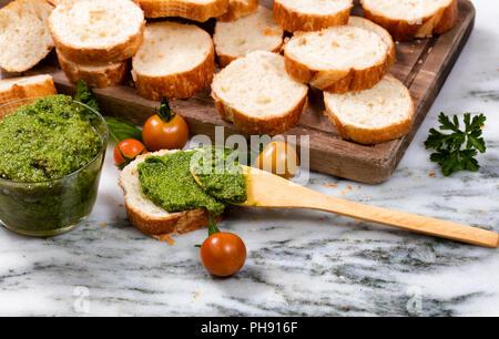 Pesto fraîchement préparés et les tranches de pain sur le serveur Banque D'Images