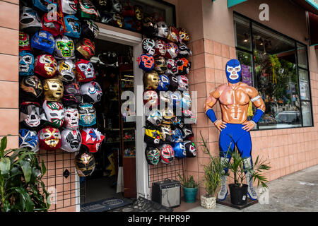 Une boutique vendant des masques de catch mexicain dans la Mission District de San Francisco, en Californie. Banque D'Images