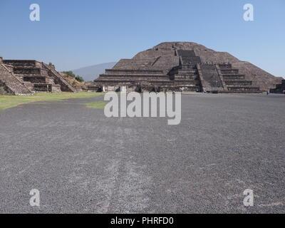Pyramide monumentale de la lune à Teotihuacan ruines vu de l'Avenue des Morts près de Mexico Landscape Banque D'Images