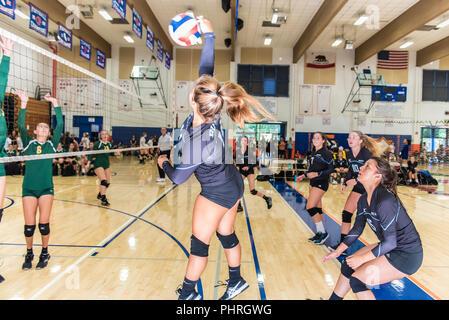 Jessie Gomez de Buena High School's première/deuxième équipe de volley-ball est en contact sur la rotule de l'extérieur de la région de Westlake, en Californie le 25 août 2018. Banque D'Images