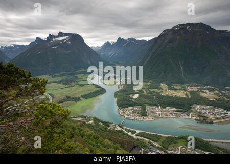 Andalsnes ville et fleuve Rauma de Rampestreken Banque D'Images