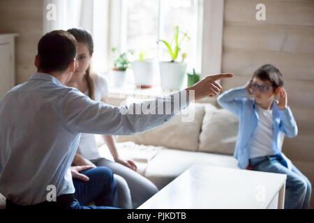 Les parents ayant la lutte avec présence de petit enfant Banque D'Images