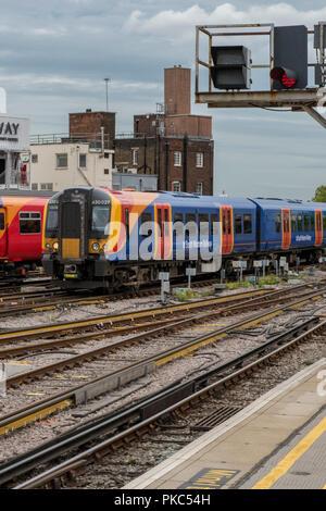 London Waterloo, au Royaume-Uni. 12Th Sep 2018. Le sud-ouest de trains en attente dans les plates-formes à la gare de Londres Waterloo au cours d'un mois d'action par la Guards concernant leur futur rôle dans les trains et les plans d'introduire uniquement l'exploitation de services dans tout le sud-ouest de l'opérateur ferroviaire ferroviaire réseau. Plus de grèves par les gardes de panoramique pour cette semaine et d'autres perturbations susceptibles de les banlieusards et les voyageurs sur la route. Crédit: Steve Hawkins Photography/Alamy Live News Banque D'Images
