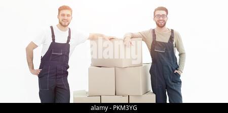 Les jeunes hommes portant une boîte à la pile de boîtes. Banque D'Images