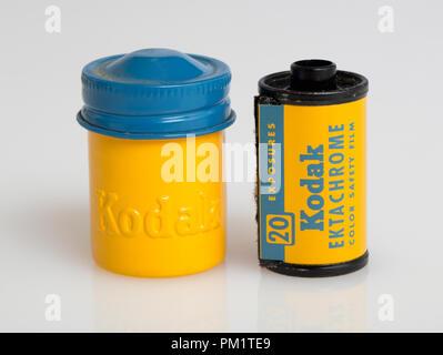 Une exposition 20 Rouleau de film Kodak Ektachrome diapositive et sa cartouche de métal jaune avec elle code couleur bleu couvercle à vis Banque D'Images
