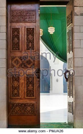 Porte sculptée de l'islam dans une mosquée au centre-ville de la ville du Caire, Egypte Banque D'Images