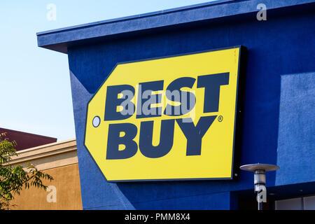 19 août 2018 sur la montagne / CA / USA - Close up de Best Buy logo affiché sur la face avant d'un magasin situé dans le sud de la baie de San Francisco Banque D'Images