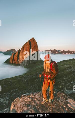 Woman traveler randonnées piscine en Norvège vacances actives qui voyagent avec sac à dos fille style aventure profitant de sunset mountain Segla Banque D'Images