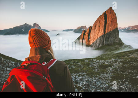 Touriste avec sac à dos enjoying view piscine aventure vacances actives en Norvège voyager coucher de style montagne Segla Banque D'Images