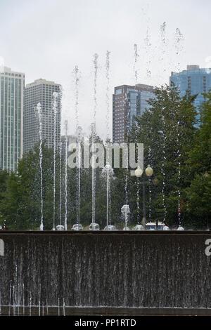 CHICAGO - le 28 août: des gouttes d'eau de la danse comme le parc de la fontaine de la passerelle joue en face de fog-enshrouded gratte-ciel par un après-midi d'été, le 2 août 2013 Banque D'Images