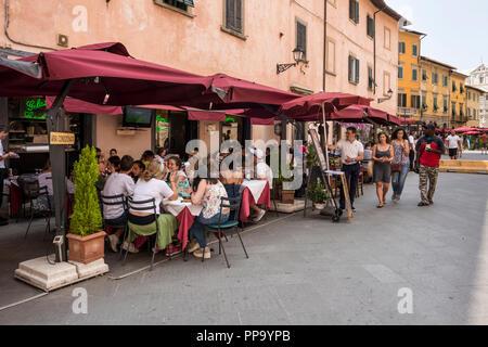 Les gens en train de déjeuner dans un café de la chaussée, Pise, Toscane, Italie Banque D'Images