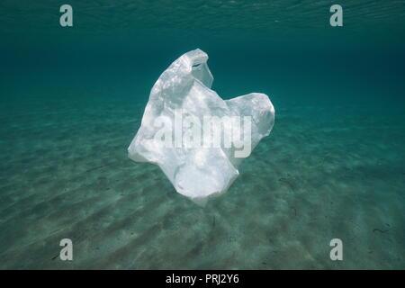 La pollution en plastique sous l'eau, un sac à la dérive dans l'océan Banque D'Images