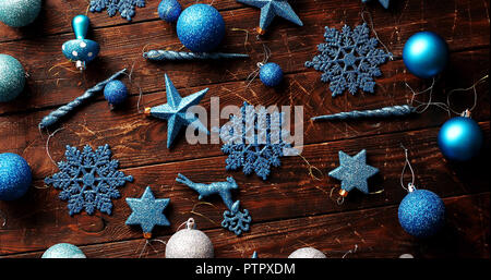 Décorations de Noël bleu sur la table Banque D'Images