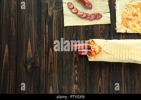 Close up. Préparation de la saucisse dans .lavash avec photo copie savs Banque D'Images