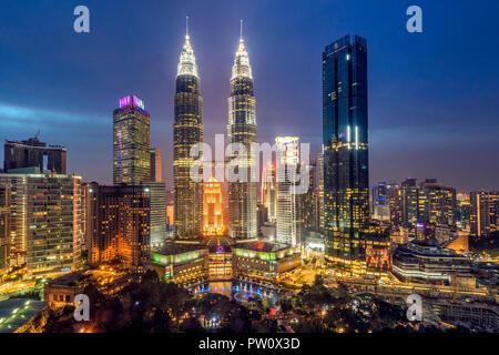 City skyline avec Petronas Towers at night, Kuala Lumpur, Malaisie Banque D'Images