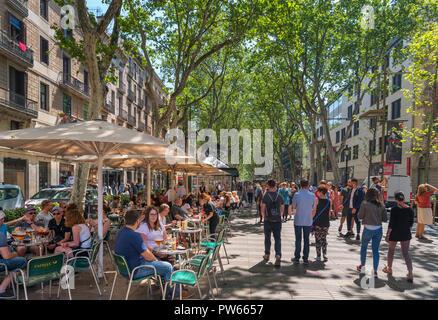 Las Ramblas, Barcelone. Cafe sur l'animée Rambla dels Caputxins, Barcelone, Catalogne, Espagne. Banque D'Images