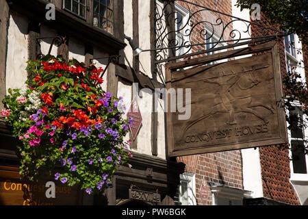 UK, Kent, Canterbury, Palace Street, signe en bois sculpté de conquête Chambre Galerie d'art et magasin situé dans l'ancienne salle du pèlerin Banque D'Images
