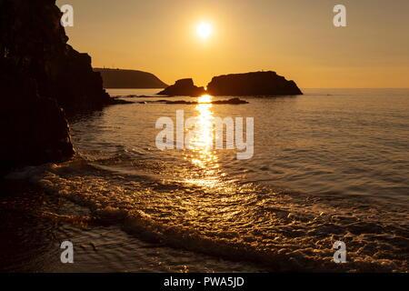 Coucher du soleil sur la baie de Cardigan vu de Tresaith, Ceredigion. En regardant vers la pointe de Aberpoth Banque D'Images