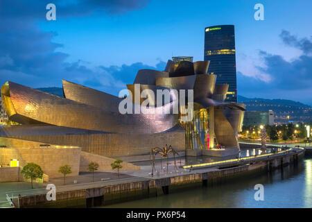 Le Musée Guggenheim et l'araignée art, Bilbao, Espagne, Europe, la nuit Banque D'Images