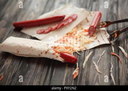 Avec lavash saucisse épicée et légumes.photo with copy space Banque D'Images